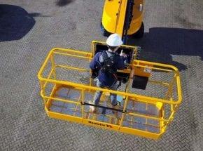 Het gebruiken van een harnas in een hoogwerker